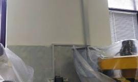 ustanovka-kondicionera-stanki-zaveshivaem-plenkoj